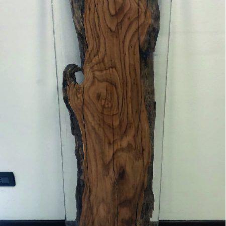 Płynne szkło (vetro liquido) jest to żywica do mebli, która charakteryzuje się dużą grubością warstwy. Jest jednym z najbardziej spektakularnych systemów wykorzystywanych w architekturze wnętrz i projektowaniu mebli, np. stołów. W połączeniu z drewnem tworzy niesamowity efekt, który zachwyci wszystkich miłośników pięknych przestrzeni. Przezroczystość skroplonego szkła uwzględnia solidność drewna, twardość metalu i współczesność materiału. Ciekła warstwa, która zestalając się, umożliwia widzenie różnych materiałów, poprawiając tekstury i wzory, kształty i kolory. Spektakularny i cenny jak rzeźba.